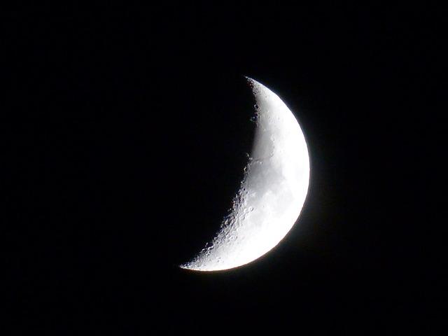 moon-186182_640