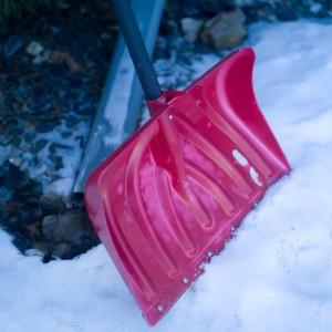プラスチック製の雪かきスコップ