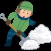 スコップで雪かきをする人