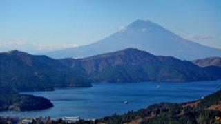 箱根駅伝の往路ゴールとなる芦ノ湖の風景