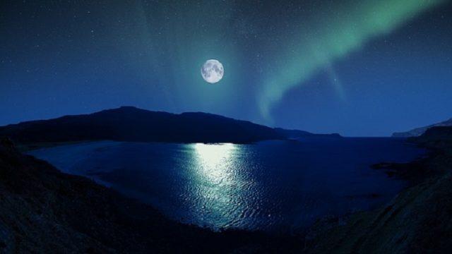 湖に浮かぶ十六夜の月