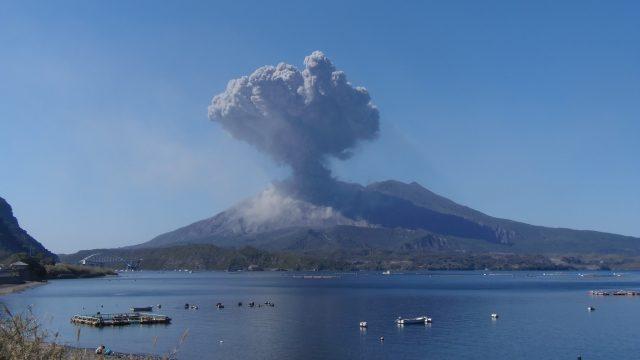 噴煙を上げる桜島