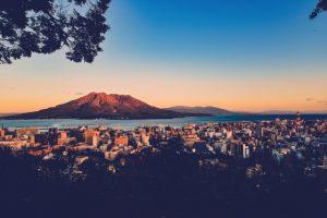城山から桜島を眺める