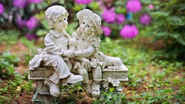 春の花壇の人形