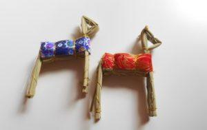 藁で作った馬と牛